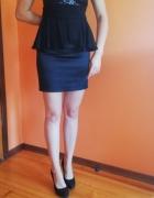 Czarna sukienka z baskinką...