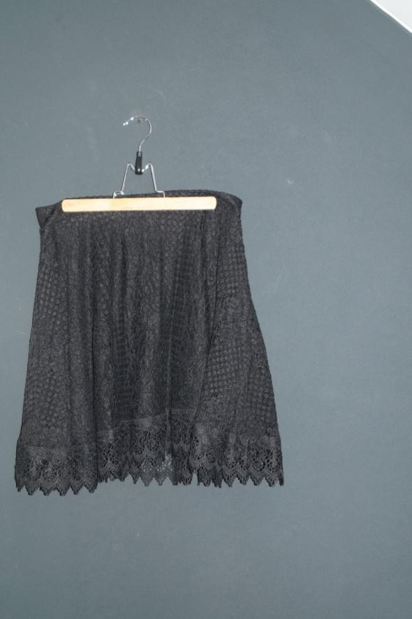 czarna koronkowa spódnica