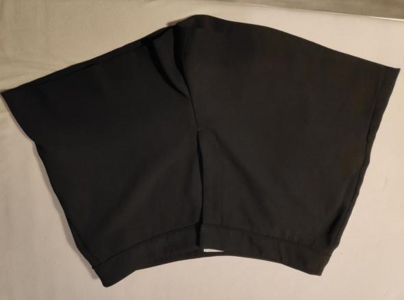 Czarne szorty z wysokim stanem H&M...