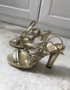Złote sandałki na koturnie...