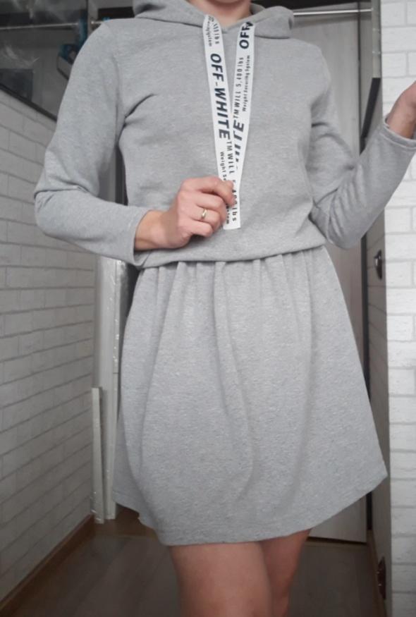 Sukienka w stylu sportowym szara z kapturem