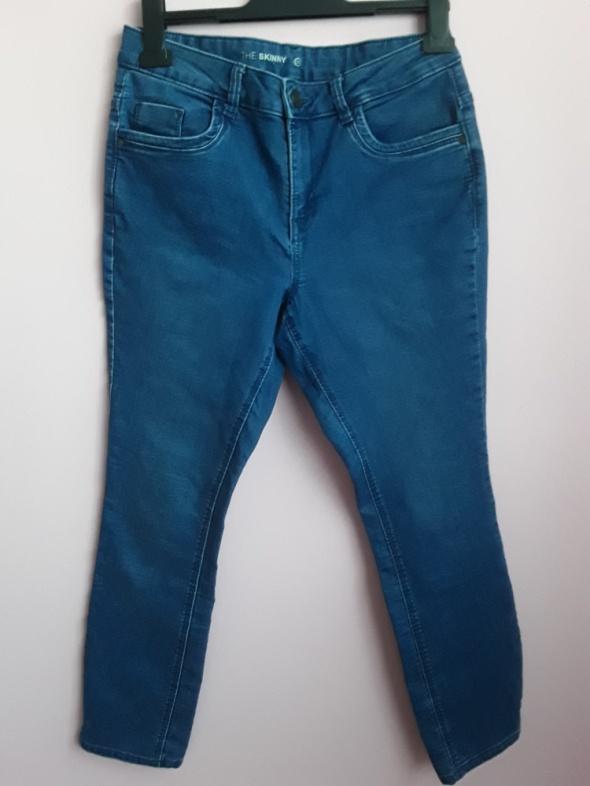 Jeansy z rozcięciami na nogawkach...