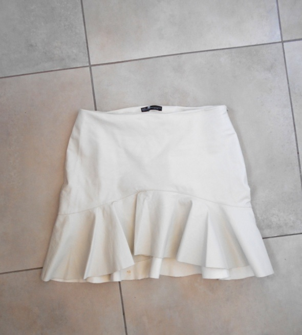 Spódnice Zara biała skórzana spódniczka falbanka baskinka eko skóra