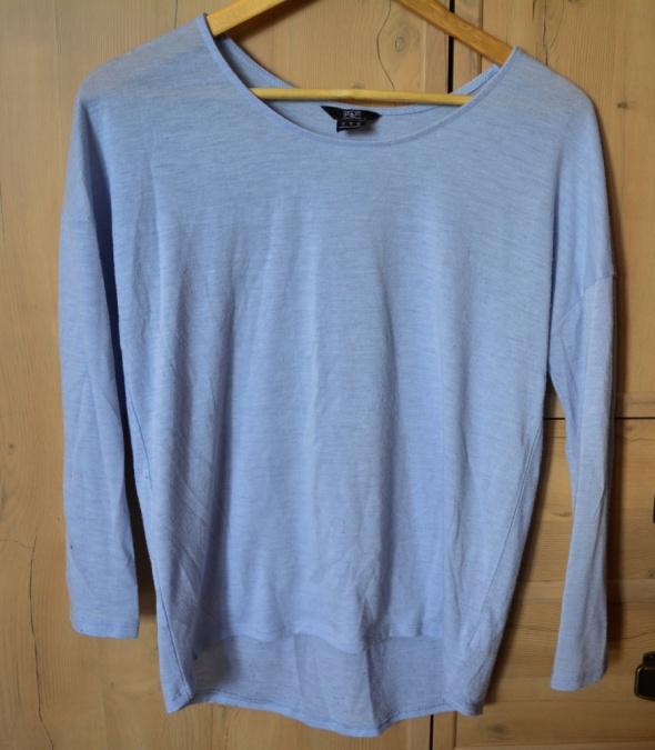 Niebieska bluzka z długim rękawem...