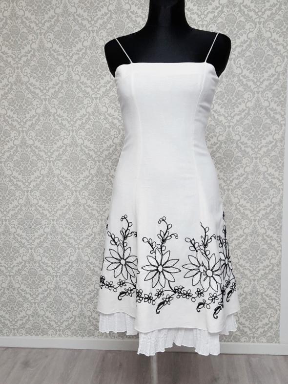 biała sukienka z czarnym haftem Zofix