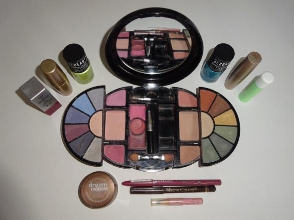 zestaw kosmetyków do makijażu paleta cieni szminki pomadki i inne