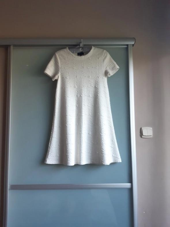 Biała trapezowa sukienka Reserved...