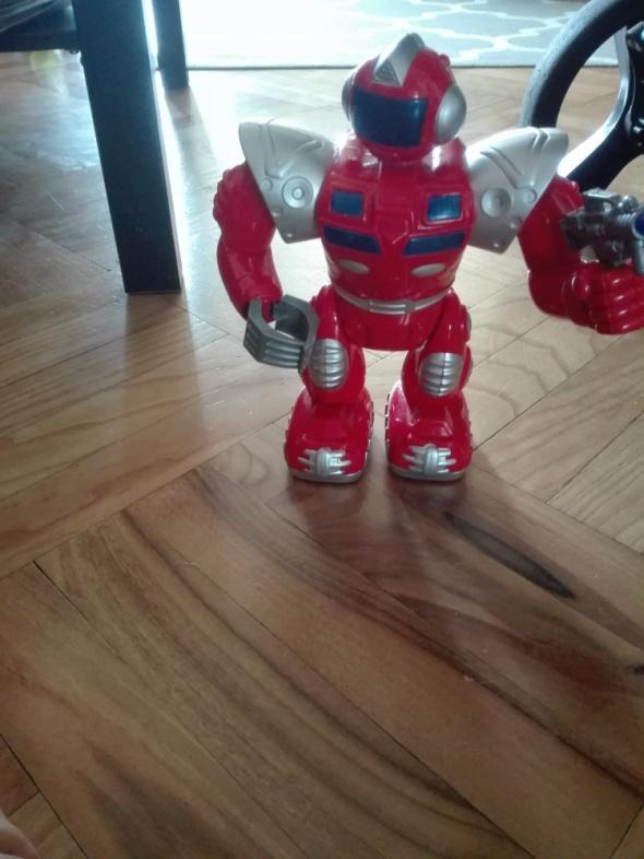 Czerwony robot gra świeci chodzi...
