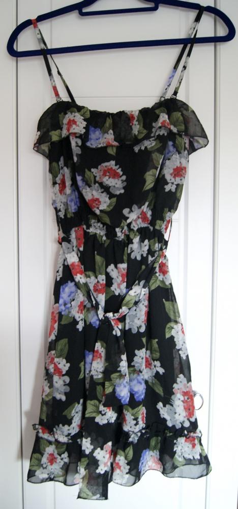 Sukienka w kwiaty z falbanami