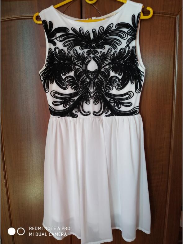 Zwiewna sukienka z aplikacją na gorsecie