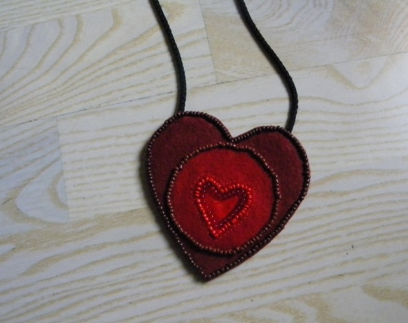 naszyjnik wyszywany koralikami czerwone serce
