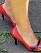 czerwone szpilki z czarnym akcentem...