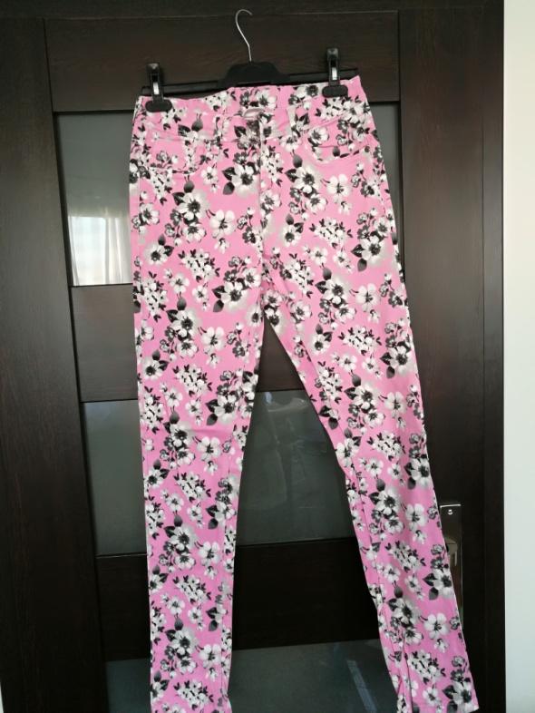 Kolorowe jeansy w kwiaty rozmiar 38 kolor różowy...