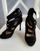 Bershka czarne zamszowe sandały z paseczkami na szpilce zapinan...