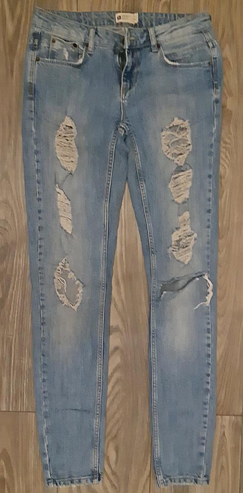 Spodnie z dziurami i przetarciami