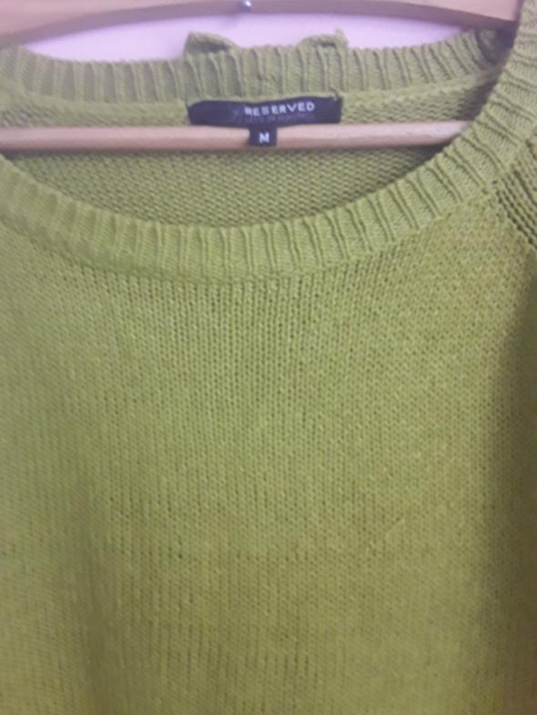 Sweterek oliwkowy z tyłu kokardka...