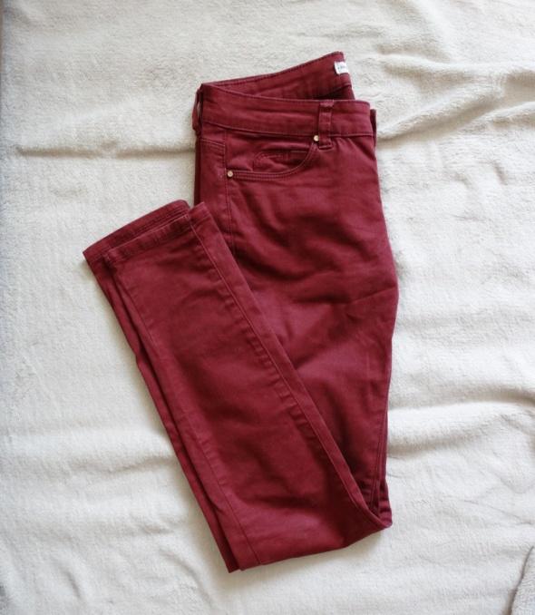 Burgundowe spodnie Bershka...
