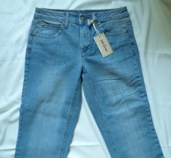 Błękitne dżinsy JOHN BANER haftowane kieszenie