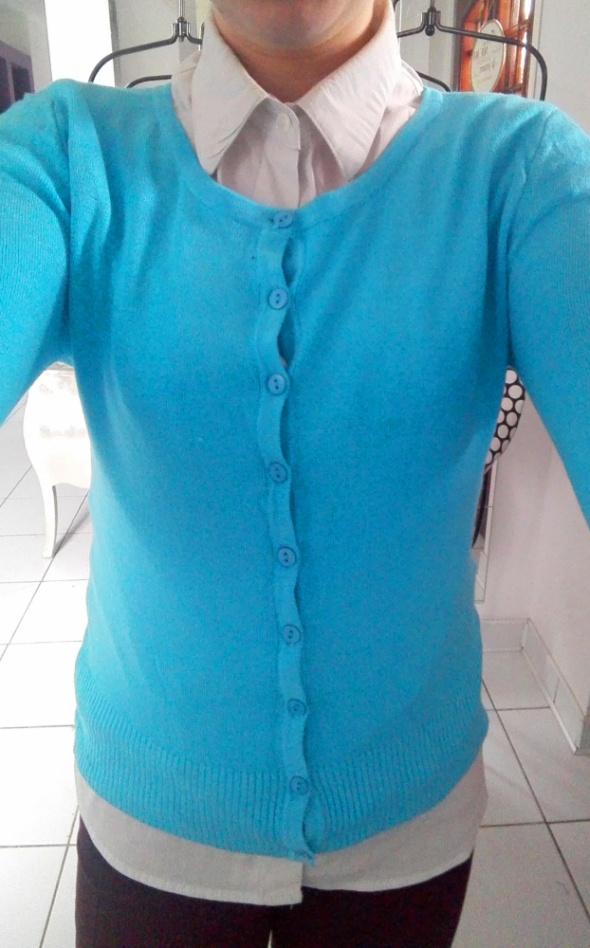 Dopasowany cięki sweterek w kolorze niebieskim