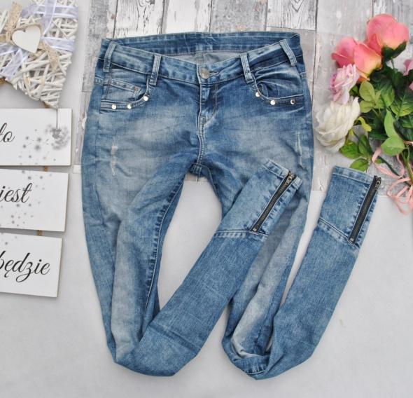 Cropp Spodnie Niebieskie Dżinsy Jeansy Przetarcia Dziury Dżety Cyrkonie Zipy Zamki Skinny Biker