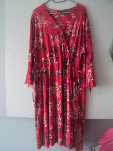 zakładana sukienka w kwistki i motyle...