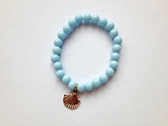 Bransoletka baby blue pastelowa z zawieszką muszelką charms