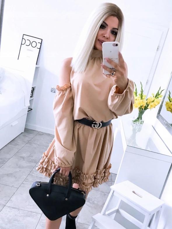 Sukienka rozkloszowana mini falbanki koloru latte rozmiar SM