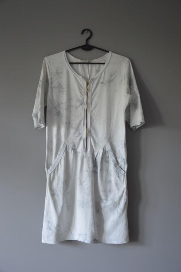 marmurkowa sukienka