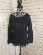 Idealny granatowy sweter z frędzlami...