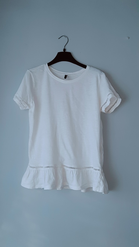 Bluzki Biała bluzka z falbanką