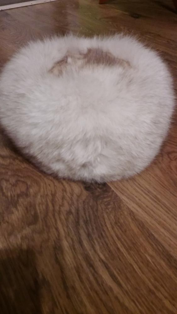 Biały toczek z lisa czapka