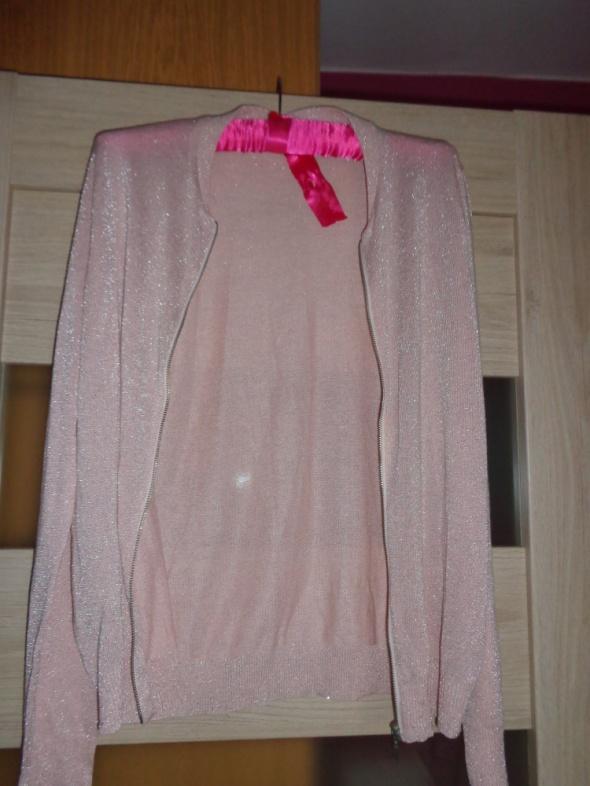 Różowy delikatny sweterek ze srebrną nitką...