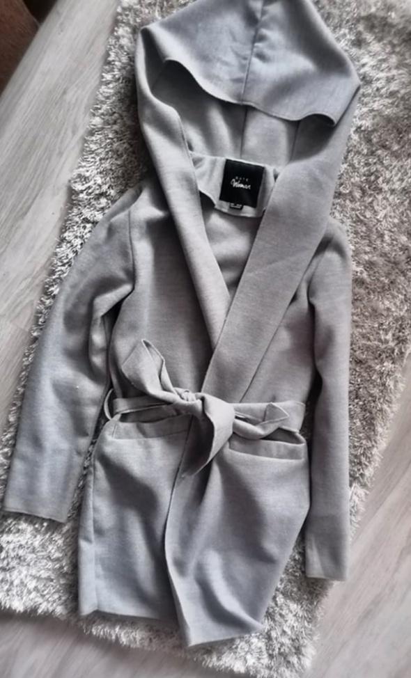 Szary wiązany płaszcz prochowiec z kapturem Gate