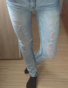Jasne jeansy z dziurami...