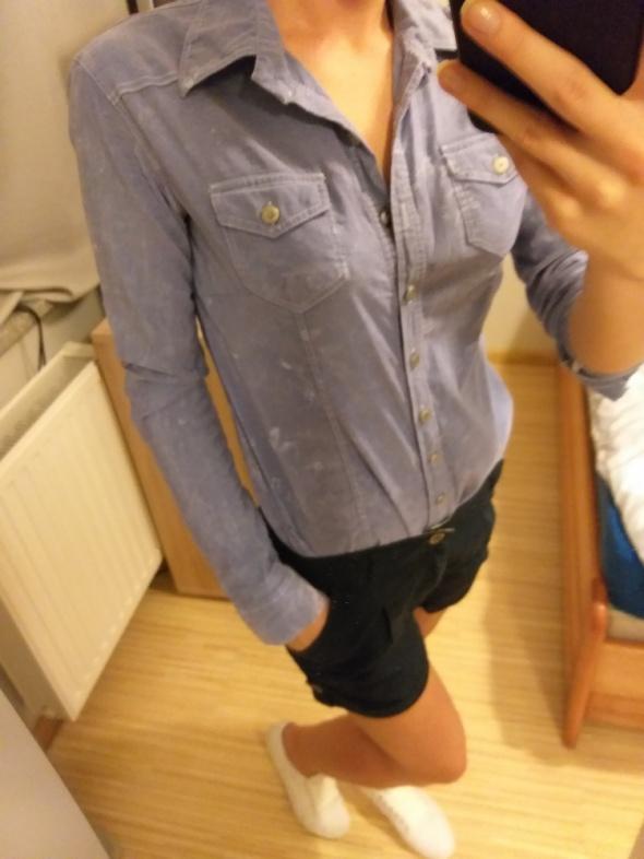 Niebieska koszula z przetarciami