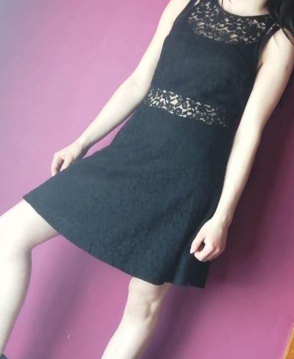 Czarna koronkowa sukienka...