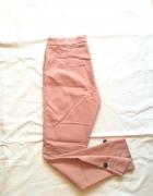 Pudroworóżowe spodnie cygaretki Stradivarius...