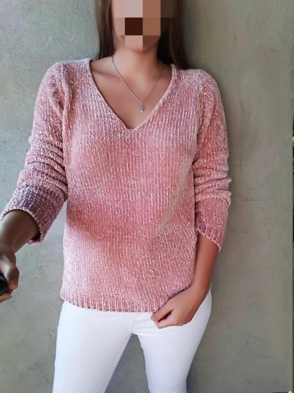 Różowy sweter pudrowy róż miękki wygodny ciepły dekolt V szenil...