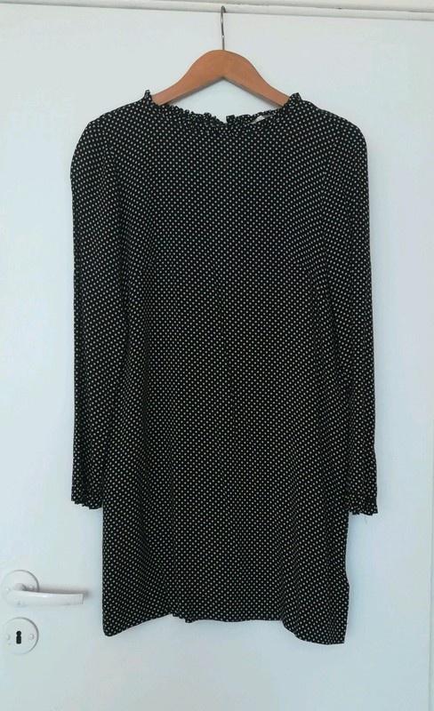 Czarna sukienka w grochy z falbankami H&M