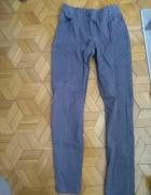 szare jeansyze wstawkami regulowane z obu stron gumką i guzikie...