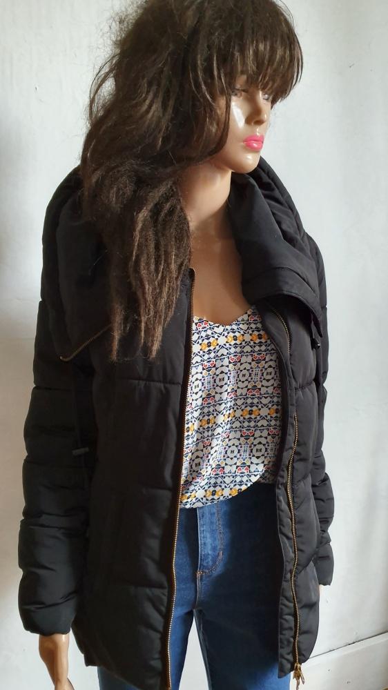 Czarna pikowana kurtka r około M