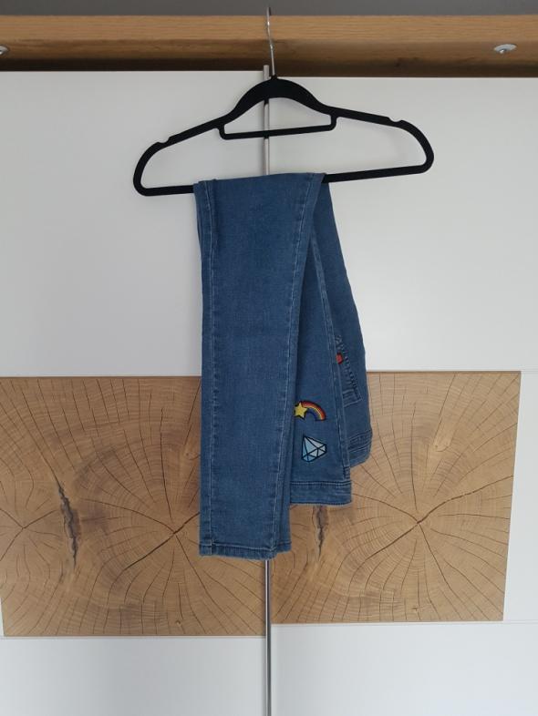 Jeansy z naszywkami...