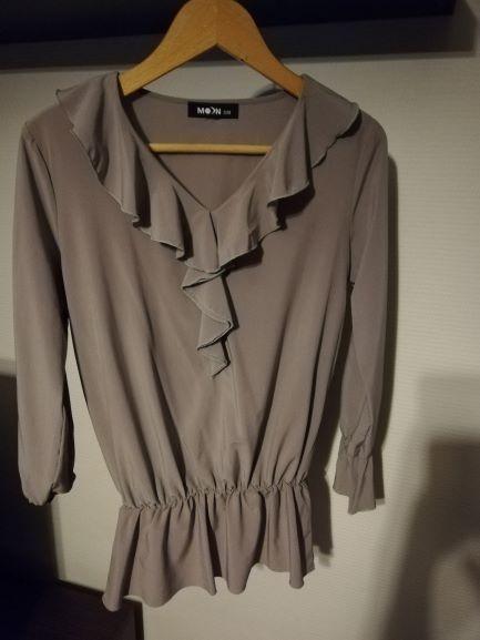 Ładna bluzeczka z falbankami w kolorze cappucino