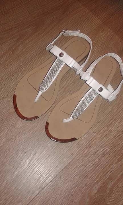 Piękne białe sandały