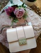Nowa torebka listonoszka na łańcuszku pudrowy róż na ramię Bers...