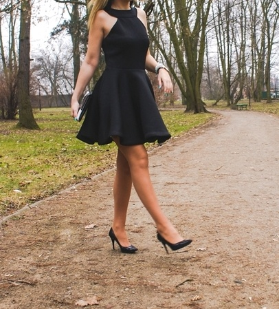 czarna sukienka rozkloszowana S