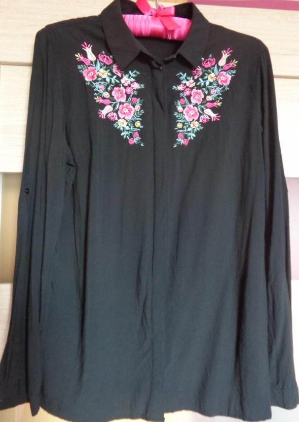 Czarna koszula z kwiatowym haftem...