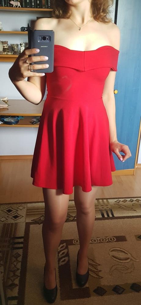 Czerwona sukienka z odkrytymi ramionami