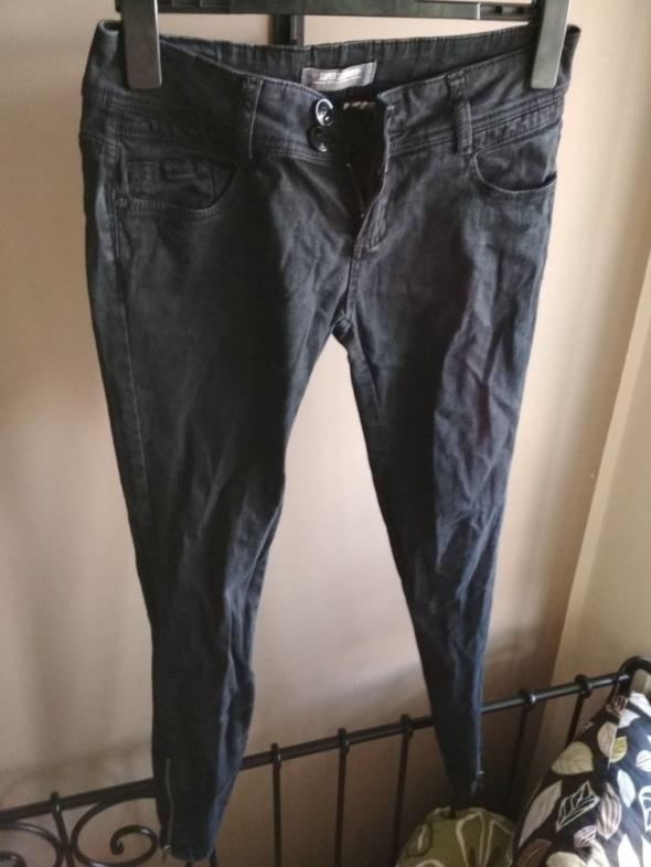 Czarne spodnie 38 rurki zameczki clockhouse