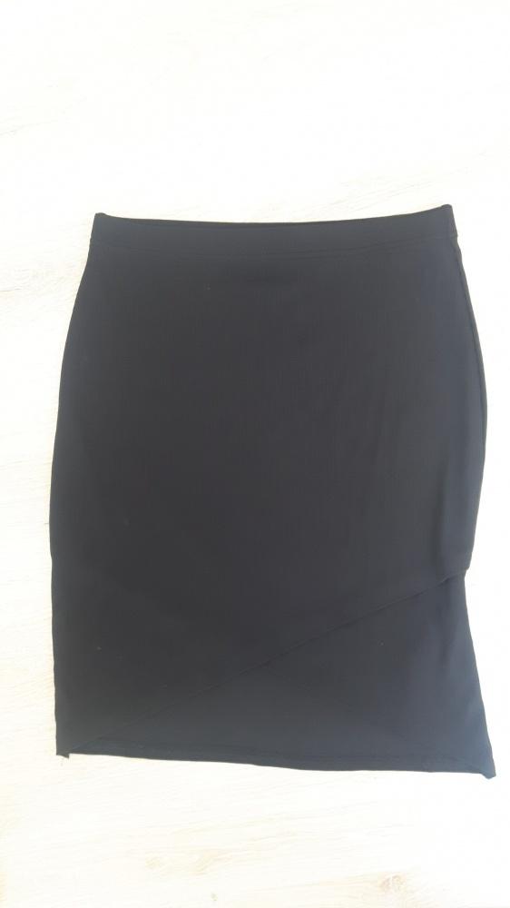 Czarna spódniczka z asymetrycznym przodem
